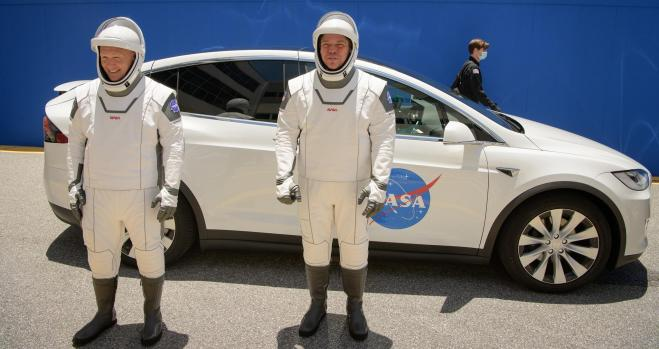 "SpaceX载人""龙""飞船顺利升空与国际空间站对接"